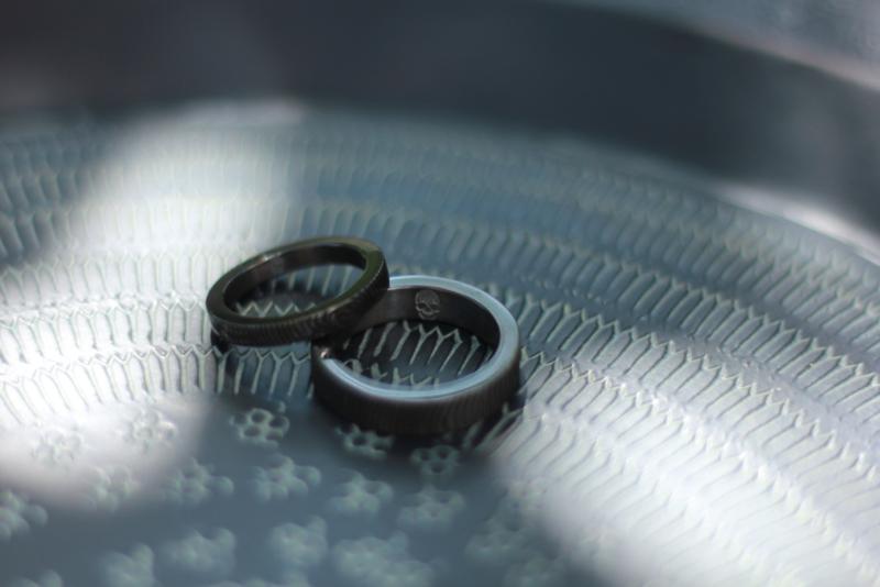 Vingerafdruk ringen zwart zirkonium met custom made skul