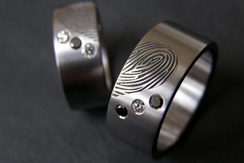 Titanium vingerafdruk ring met zwarte en witte diamanten