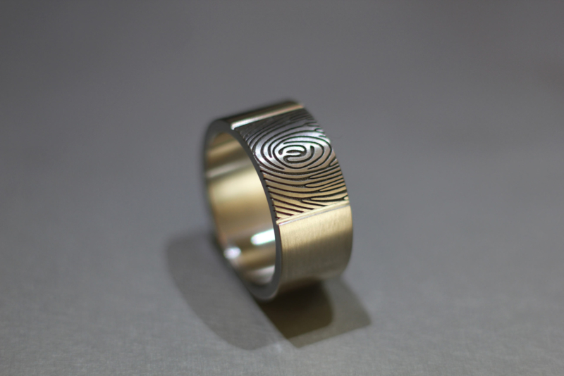 Titanium ring met vingerafdruk (facet)