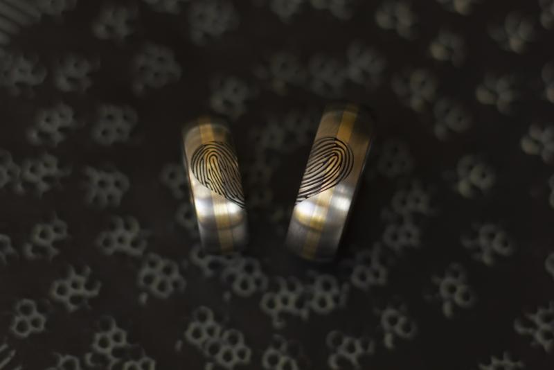 Titanium vingerafdruk ring hart met 14k geel gouden band