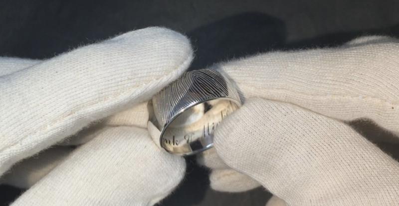 Zilveren vingerafdruk ring met binnen en buitenzijde gravure