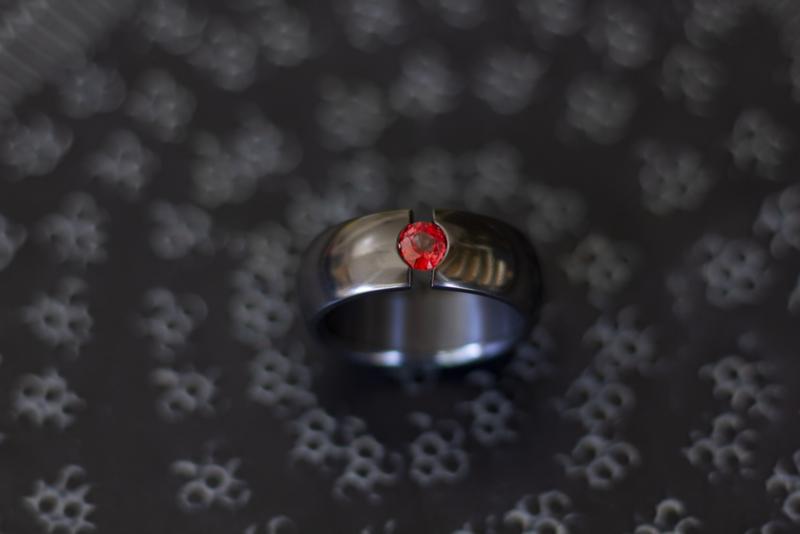 Zwarte zirkonium ring met rode saffier