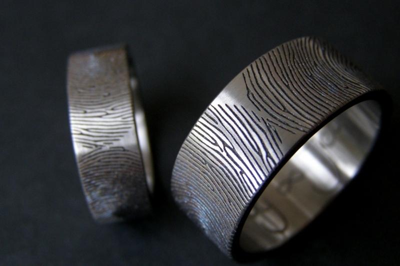 Titanium vingerafdruk ring waar de vingerafdrukken elkaar raken (180c)