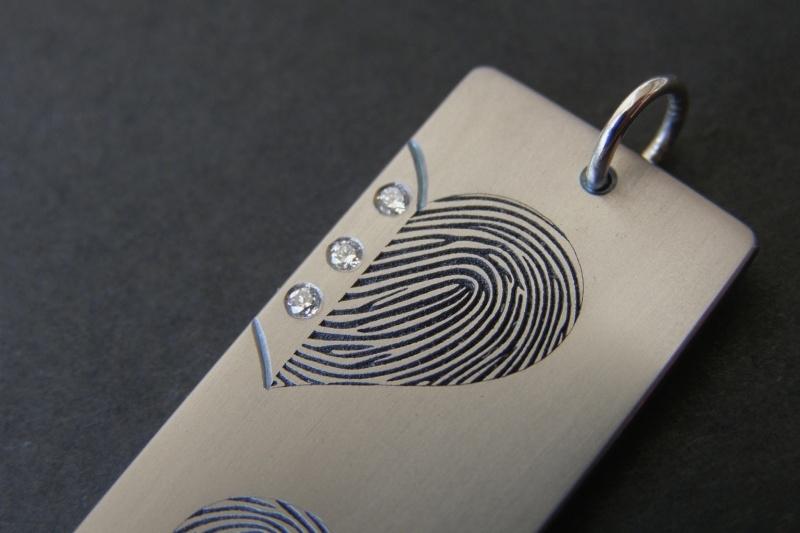 Titanium hanger met 2 vingerafdrukken hart vormig.