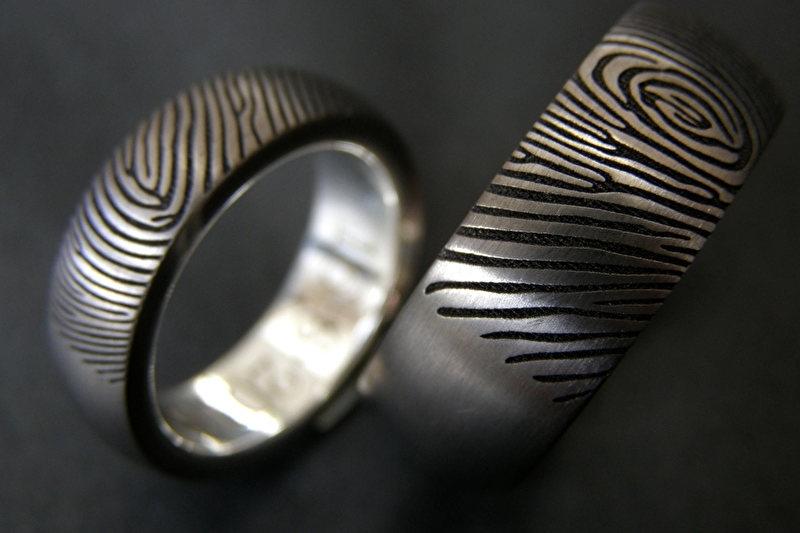 Titanium vingerafdruk ring halfrond met zilveren binnenzijde