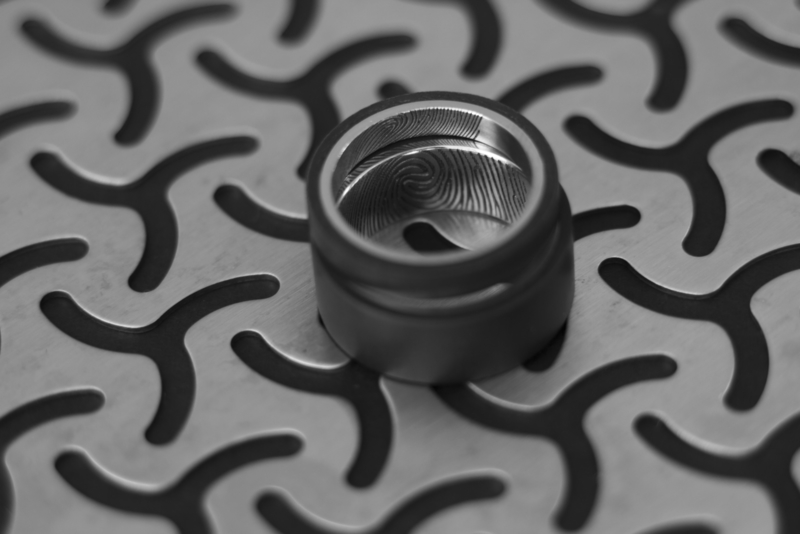 Carbon & Titanium ring met vingerafdruk - binnenzijde