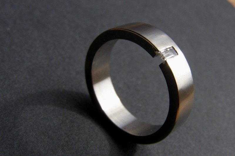 Titanium ring met baguette geslepen diamant / 5mm breed.