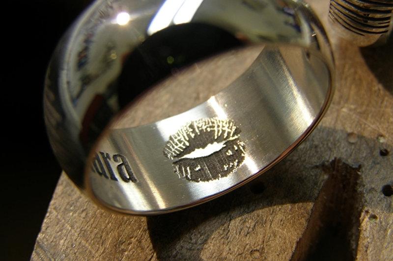 Zilveren vingerafdruk ringen licht bollend