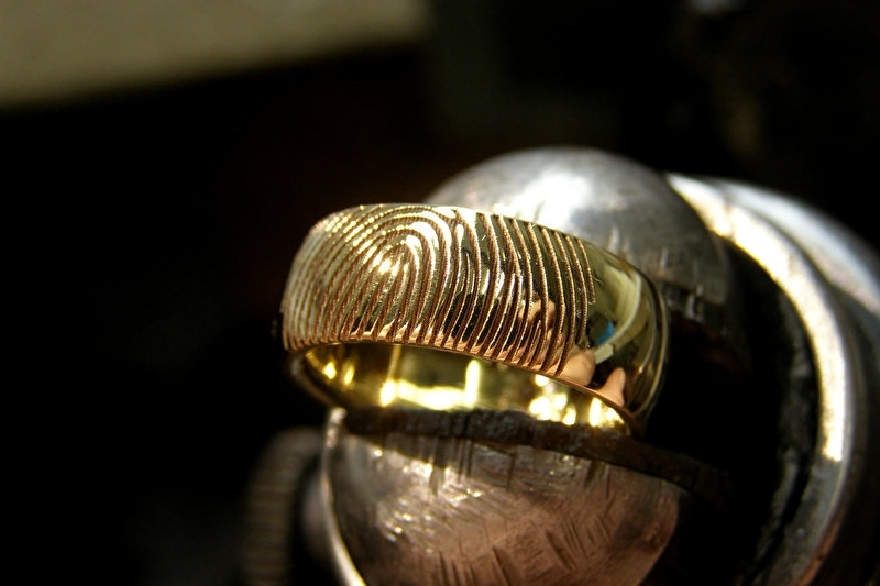 Geelgouden ring met champagne kleurige diamant met 4 witte diamanten.