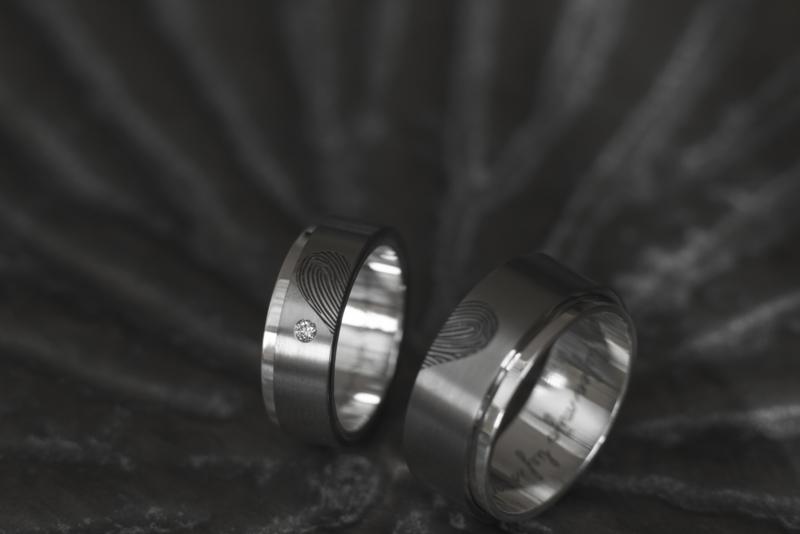 Vingerafdruk ring Titanium met zilveren binnenzijde en uitstekende rand.