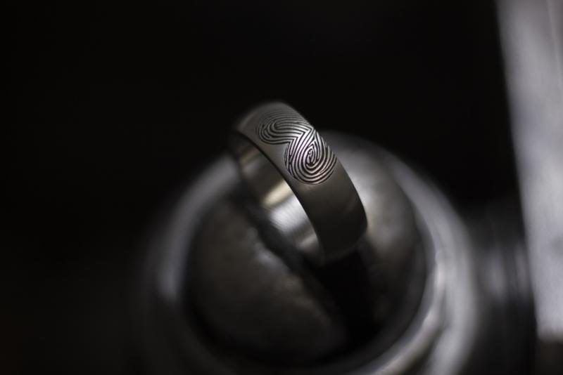 Titanium vingerafdruk in de vorm van een hart binnen en buitenzijde
