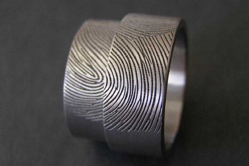 Titanium ring met 2 vingerafdrukken gewoven en beslaat 180c van de ring