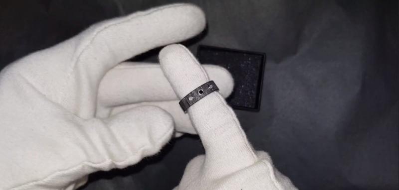 Carbon ring met witte en zwarte diamant. Binnenzijde is gemaakt van Titanium