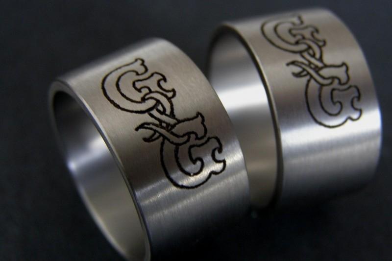 Titanium monogram ring / Eigen ontwerp mogelijk