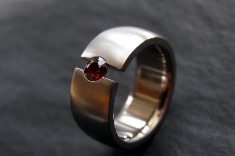 Titanium ring met rode Pyroop