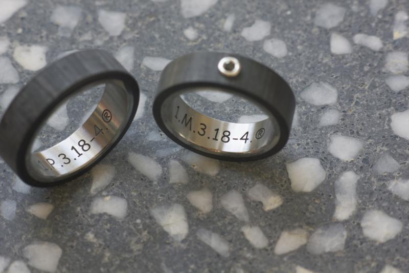 Carbon trouwringen met Titanium binnenzijde en zwarte diamant