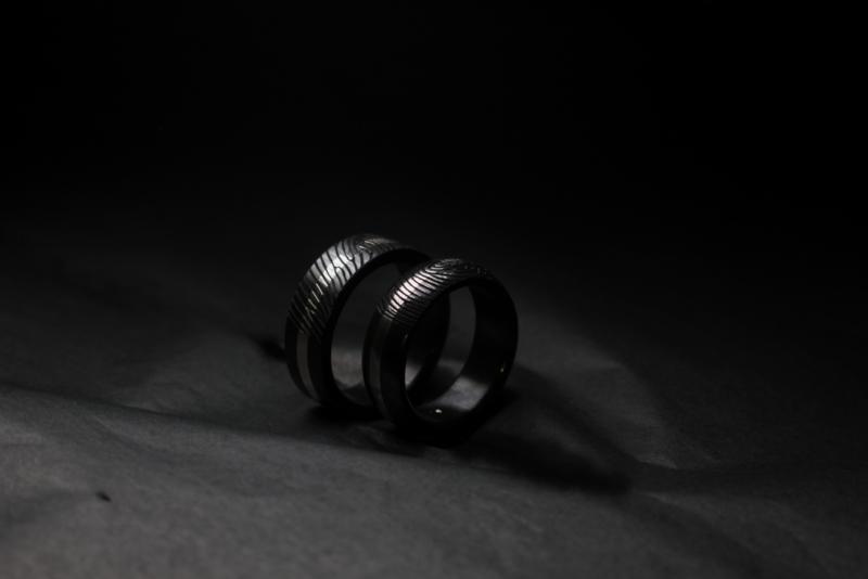 Zirkonium ring met vingerafdruk en zilveren band