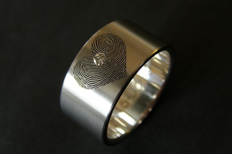 Titanium vingerafdruk ring Hart met 2 vingerafdrukken en diamant en zilveren binnenzijde