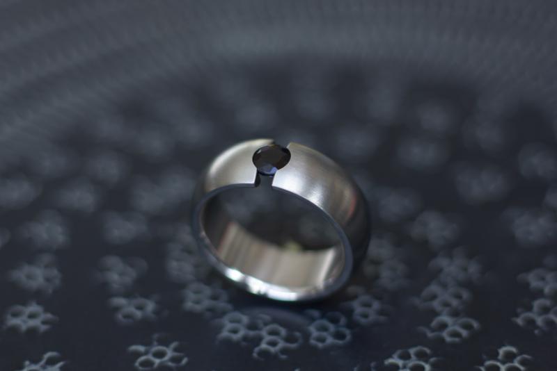 Titanium ring met zwarte saffier