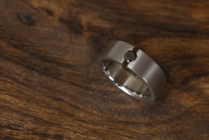 Titanium ring met zwarte diamant - open zetting - Recht model