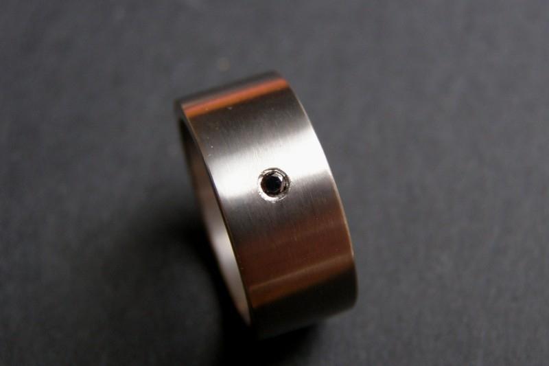 Titanium ring met zwarte diamant
