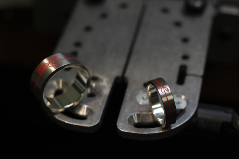 Titanium ringen met eigen ontwerp geëmailleerde rode strik.