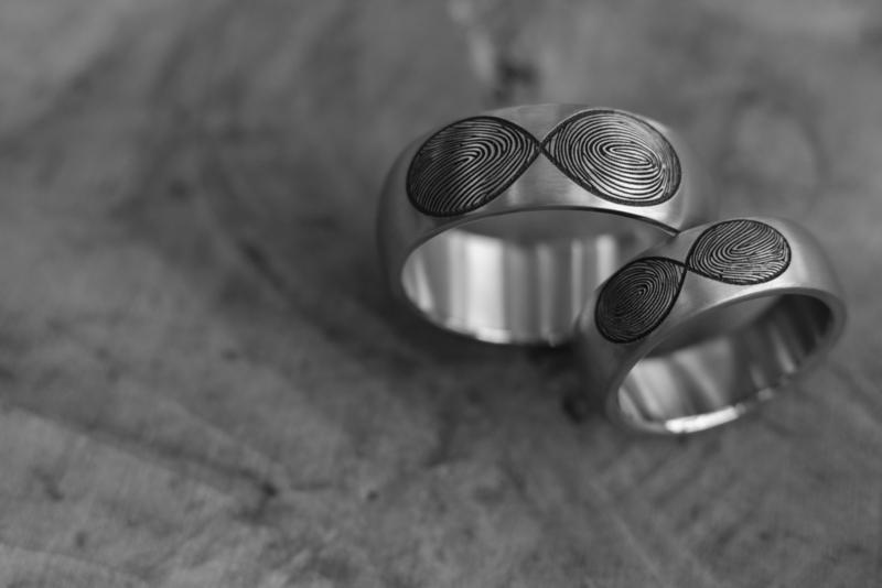 Infinity ring met twee Vingerafdrukken