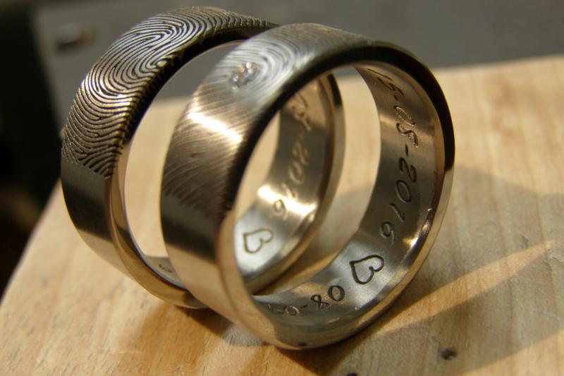 Titanium vingerafdruk ringen met naam aan de buitenzijde