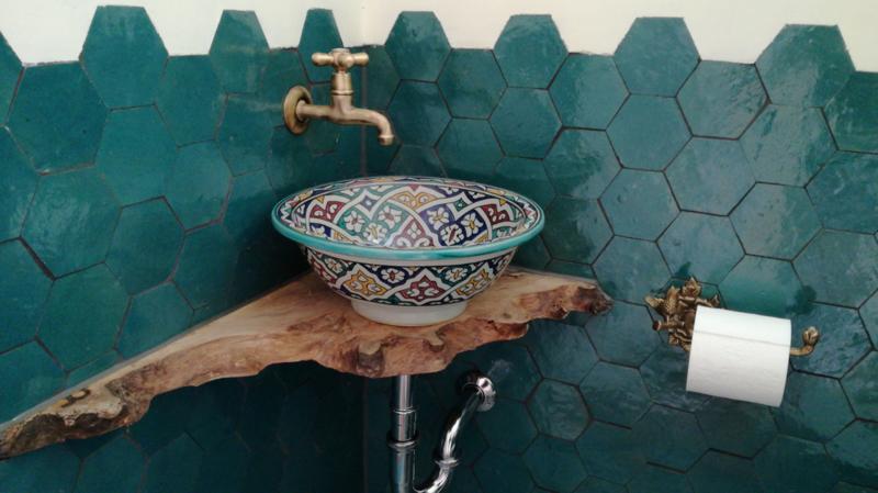 Marokkaanse waskom op houten blad...