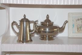 Twee prachtige oude kannetjes, voor koffie en thee