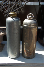 Twee oude brocante metalen kruiken