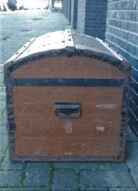 Zeer oude hutkoffer met metalen baleinen