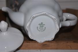Brocante witte koffiepot met 8 kop en schotels. Bavaria porselein, Duitsland.