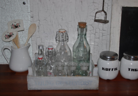 Vintage kistje met flessen