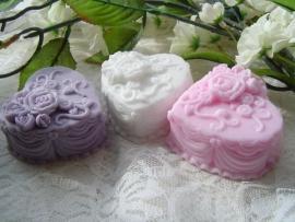 Prachtig dik bewerkt zeep hart met opgelegde roosjes