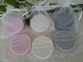 10 st. Organzazakje met Poststempel zeepje Mr & Mrs  met Craft label Mr & Mrs.