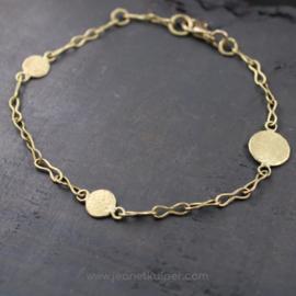 armband met onregelmatige muntjes in 18k geelgoud