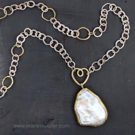 handgemaakt collier in zilver en 18k geelgoud met een barokke parel
