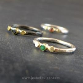 ring met twee gouden dots en edelsteen