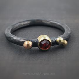 ring met drie gouden balletjes en granaat