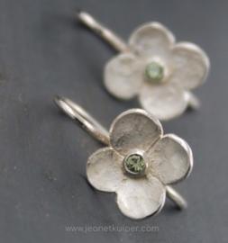 oorbellen hortensia in fijnzilver met een grijsgroen saffieren hart of andere steen