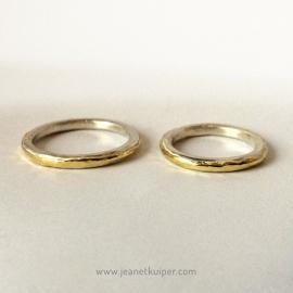 zilveren trouwringen met een gouden bandje