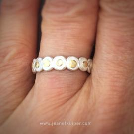 ring met gouden dots