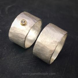 gehamerd zilver met diamant