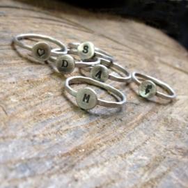 Gepersonaliseerde zilveren ringen met initiaal of symbool