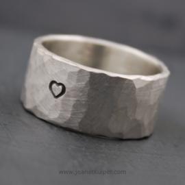gehamerde zilveren ring met naam, tekst of symbool