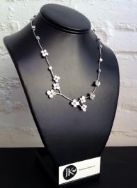 zilveren collier met hortensiabloemem en hartjes van robijnen