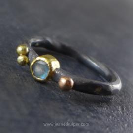 ring met drie gouden balletjes