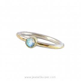 ring met gehamerd gouden bandje en peridot, maansteen of pareltje
