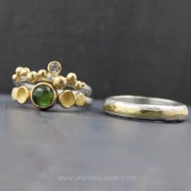 ringenpaar met groene toermalijn met erfgoud gemaakt